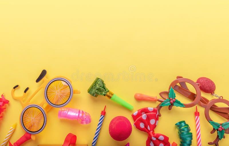 Punten voor Carnaval op gele achtergrond stock fotografie