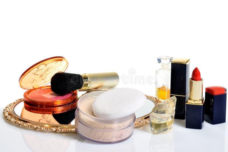 Punten voor decoratieve schoonheidsmiddelen, make-up, spiegel en bloemen stock foto