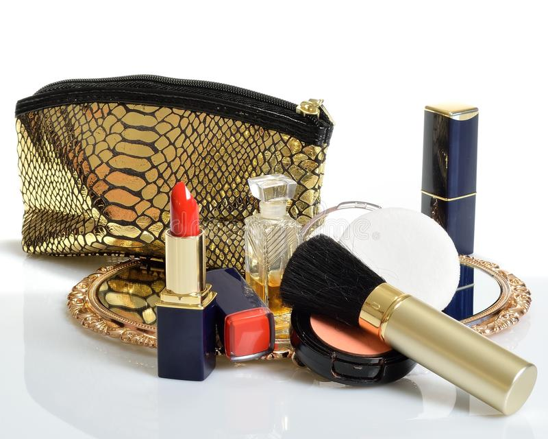Punten voor decoratieve schoonheidsmiddelen, make-up, spiegel en bloemen royalty-vrije stock fotografie