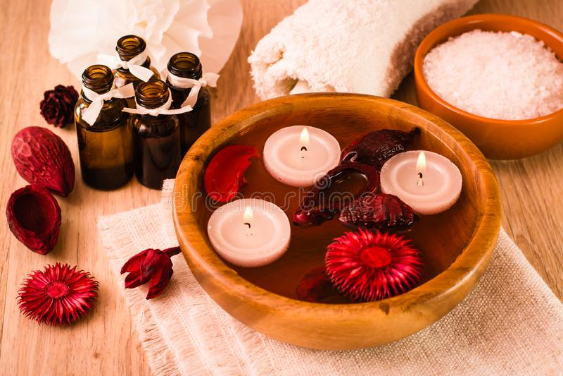 Punten voor kuuroordbehandelingen Kaarsen, etherische oliën, water, bloemen, overzees zout, en handdoeken royalty-vrije stock afbeeldingen