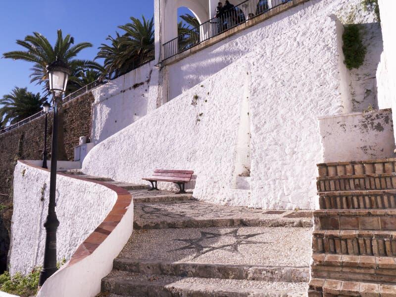 Punti alla spiaggia a Nerja sull'estremità est di Costa del Sol in Spagna immagini stock