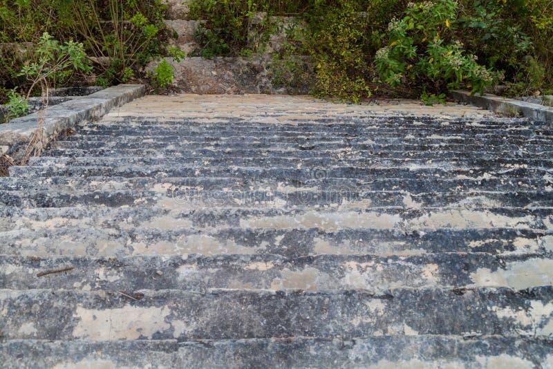 Punti alle rovine dell'edificio di Casa de la Vieja nella città maya antica Uxmal, Mexi fotografie stock