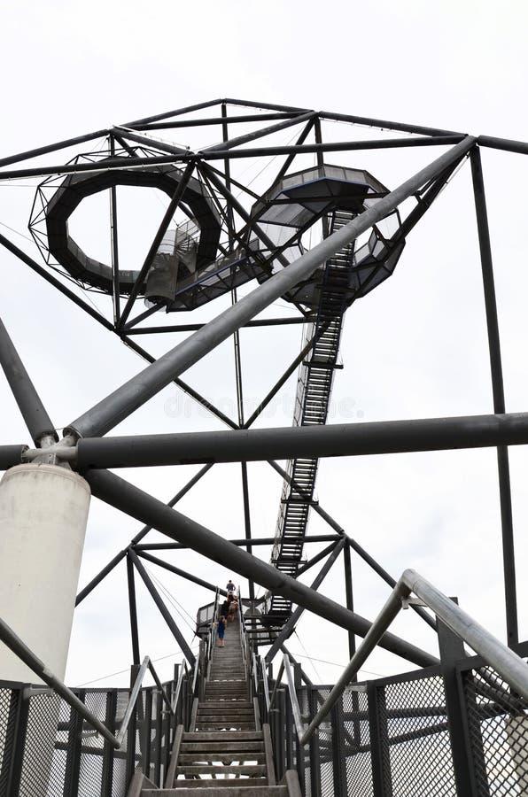 Punti che conducono alla cima del tetraedro in Bottrop, Germania presa con la gente che scala le scale e cielo bianco fotografie stock libere da diritti