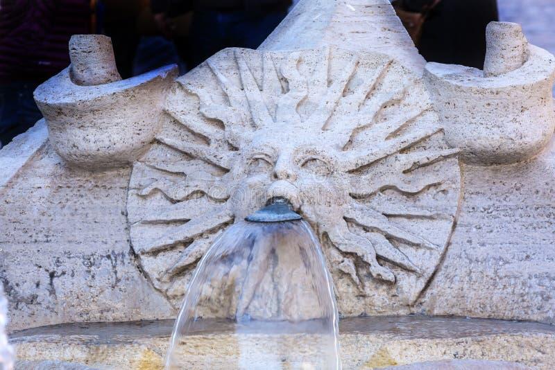 Punti d'affondamento Roma Italia dello Spagnolo della fontana della barca di Bernini immagine stock