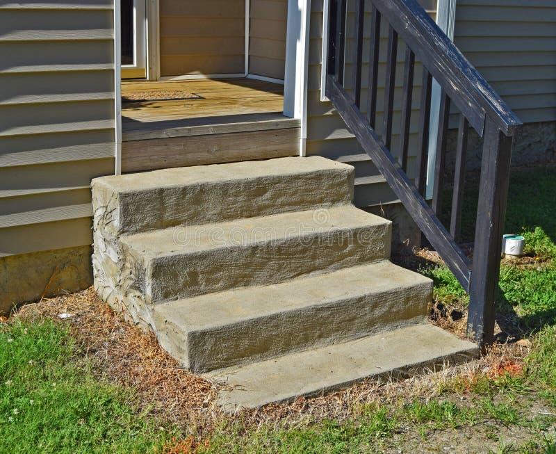 Punti del cemento alla parte anteriore della casa fotografie stock libere da diritti