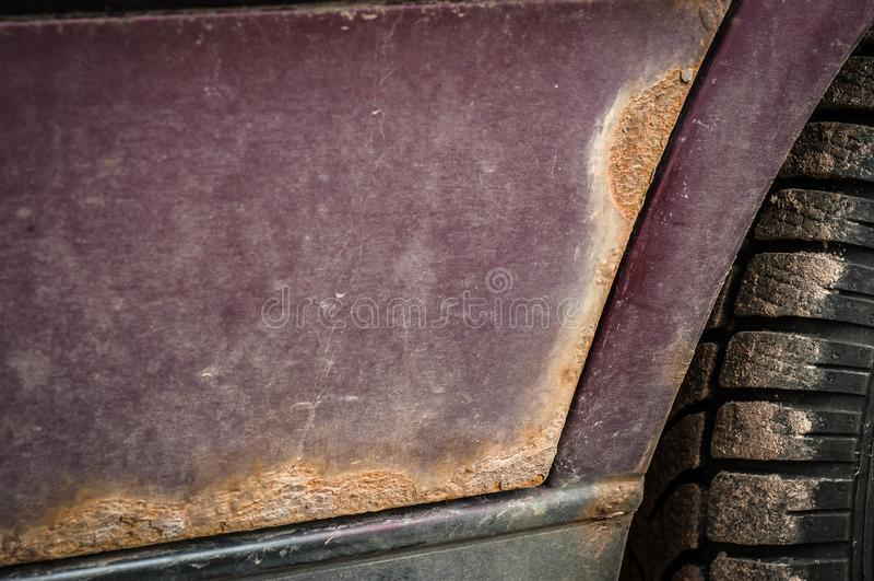 Punti della ruggine sull'automobile di colore di Borgogna immagine stock