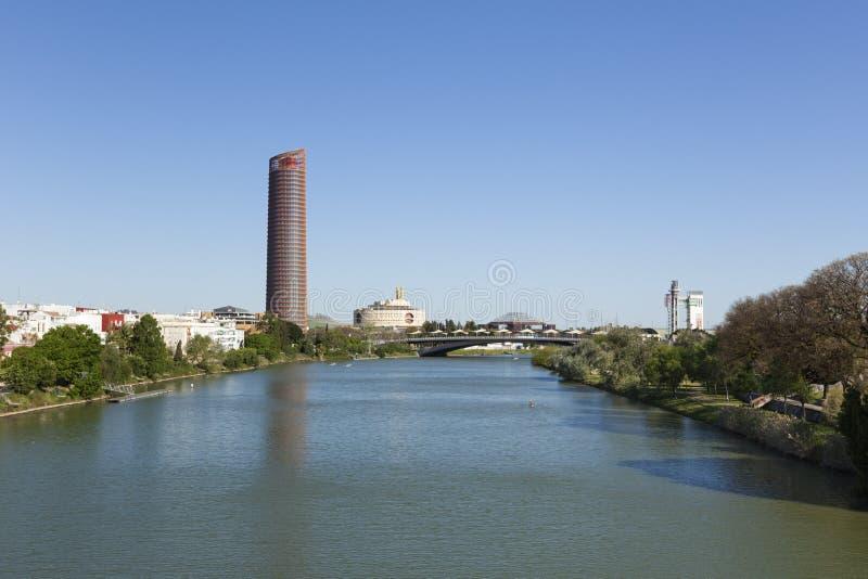 Punti di riferimento del fiume di Guadalquivir e di Siviglia del contemporaneo immagini stock