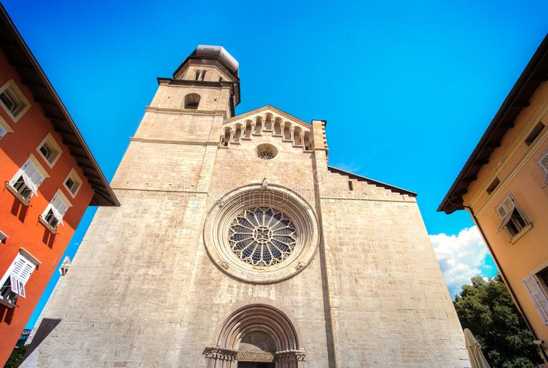 Punti di riferimento dell'Italia della finestra rosa della cattedrale di Trento - monumento di Trentino fotografia stock libera da diritti