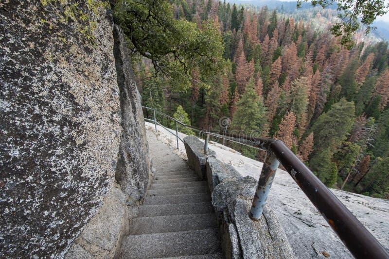 Punti e scale lungo l'aumento di Moro Rock nel parco nazionale della sequoia fotografie stock libere da diritti