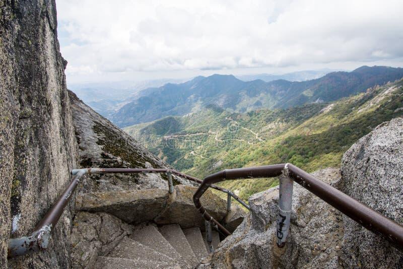 Punti e scale lungo l'aumento di Moro Rock nel parco nazionale della sequoia fotografie stock