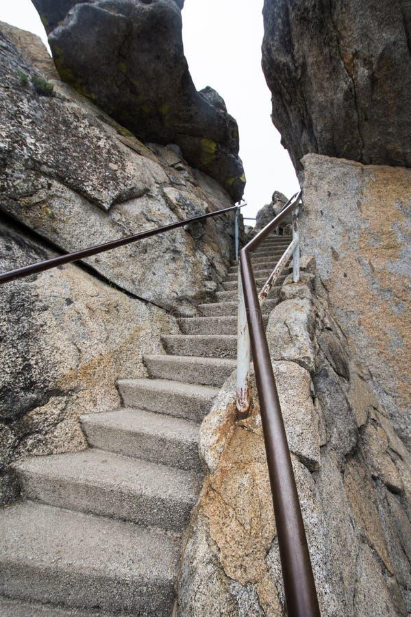 Punti e scale lungo l'aumento di Moro Rock nel parco nazionale della sequoia immagine stock