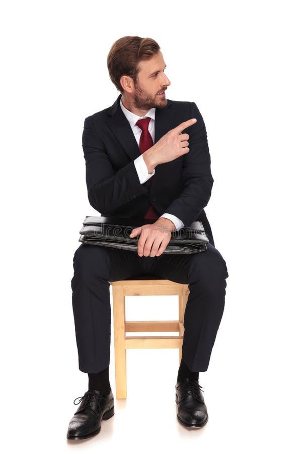 Punti e sguardi aspettanti di intervista dell'uomo d'affari bello alla s fotografie stock libere da diritti