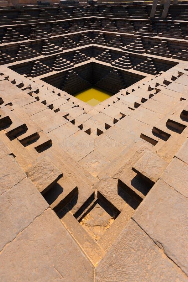 Punti indiani antichi del bacino idrico del serbatoio di acqua V fotografia stock