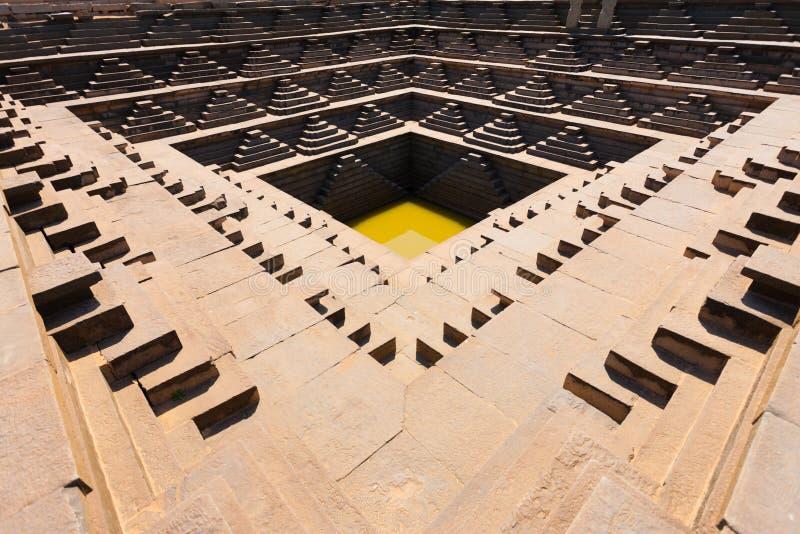 Punti indiani antichi H del bacino idrico del serbatoio di acqua fotografia stock libera da diritti