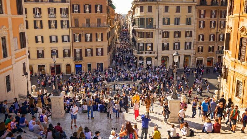 Punti spagnoli e turisti a Piazza di Spagna a Roma, Italia immagine stock