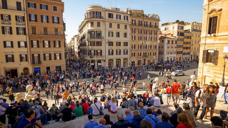 Punti spagnoli e turisti a Piazza di Spagna a Roma, Italia fotografie stock