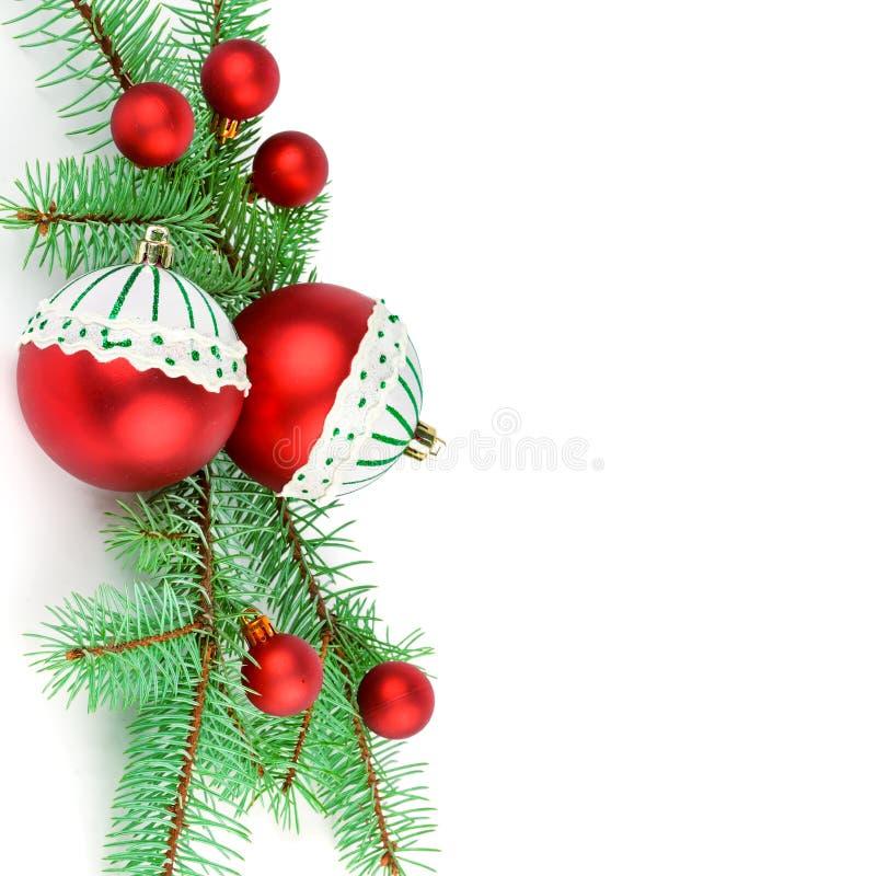 Puntillas del abeto y de las decoraciones brillantes de la Navidad aislados en el fondo blanco Espacio libre para su texto fotos de archivo