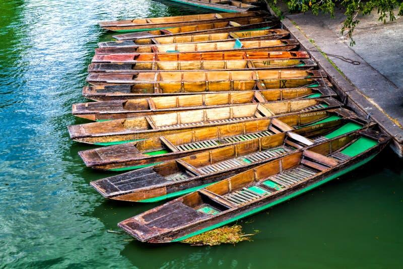 Punting łódź dokował Cambridge, Anglia zdjęcie royalty free