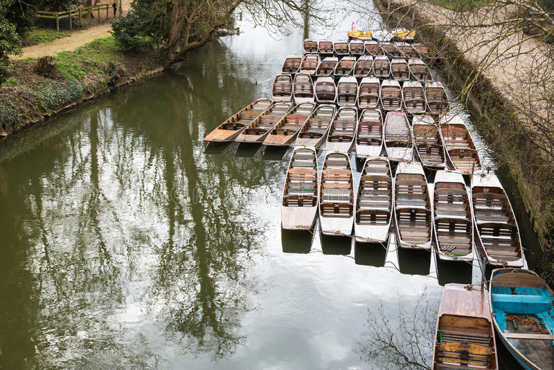 Punting os barcos amarrados acima pela ponte de Magdelan fotos de stock royalty free