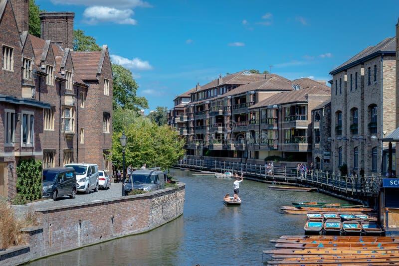 Punting på flodkammen i Cambridge, England royaltyfri bild