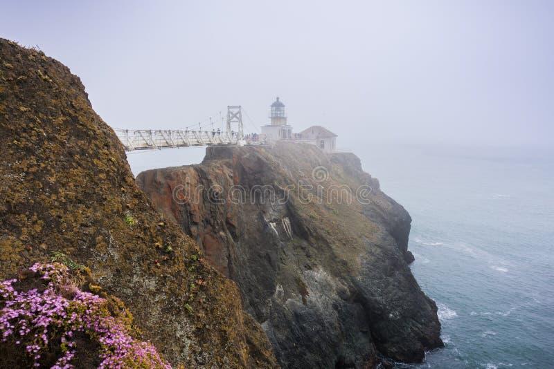 Punto Bonita Lighthouse en un día de niebla, Marin Headlands, área de la Bahía de San Francisco, California foto de archivo