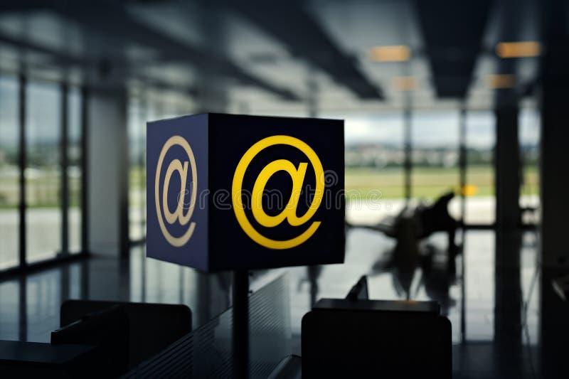 Punto caliente sin hilos en aeropuerto fotografía de archivo libre de regalías