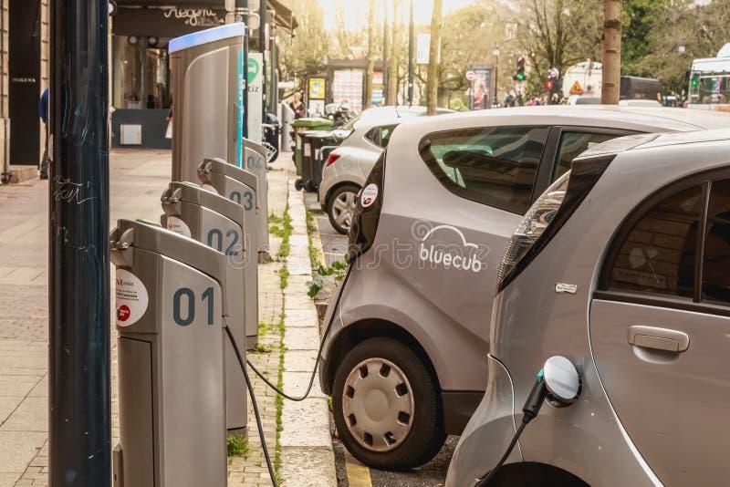 Punto de carga para el coche eléctrico de alquiler de Bluecar imagenes de archivo