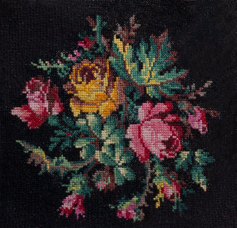 Punto de cruz el ramo de rosas y de hojas en fondo negro fotos de archivo