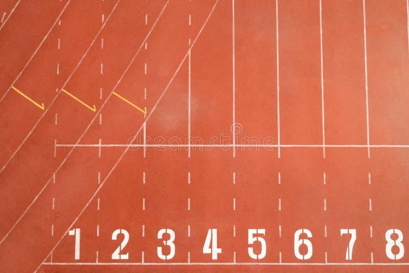 Punto de inicio y fin de la pista de carreras o de atletismo línea de inicio con números de carril Vista superior Vista del dron imagenes de archivo