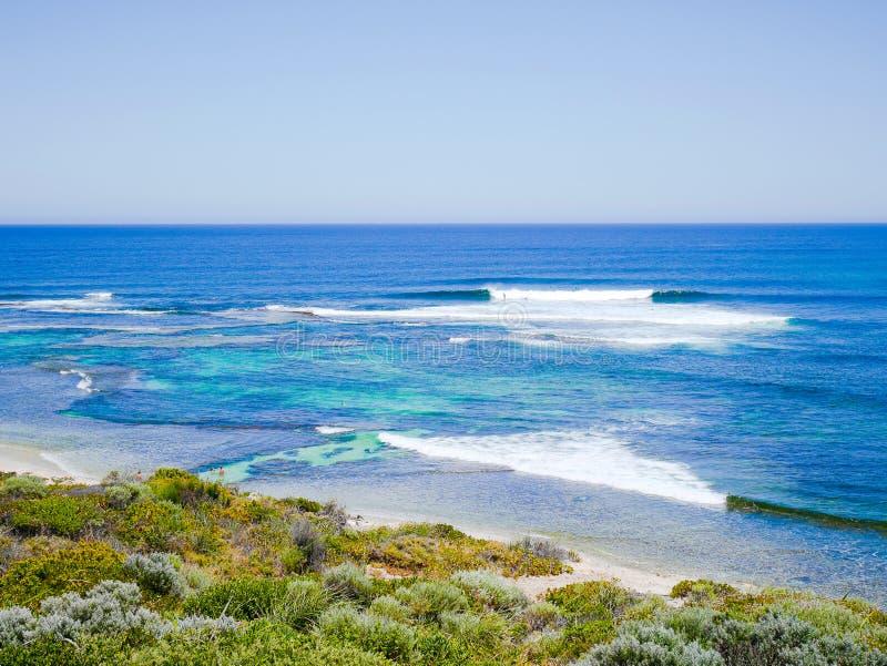 Punto de las personas que practica surf, Margaret River, Australia occidental imagenes de archivo