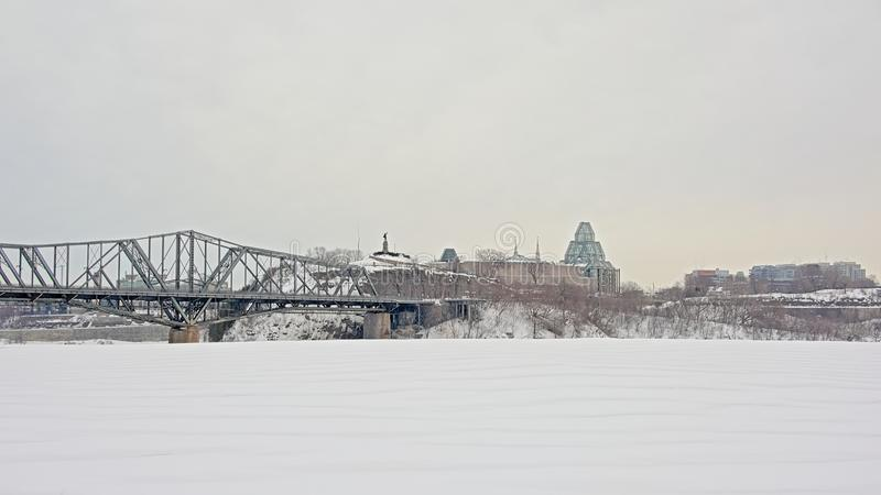 Punto de Nepean y galería nacional en el extremo de Ottawa del puente de Alexandra fotos de archivo libres de regalías