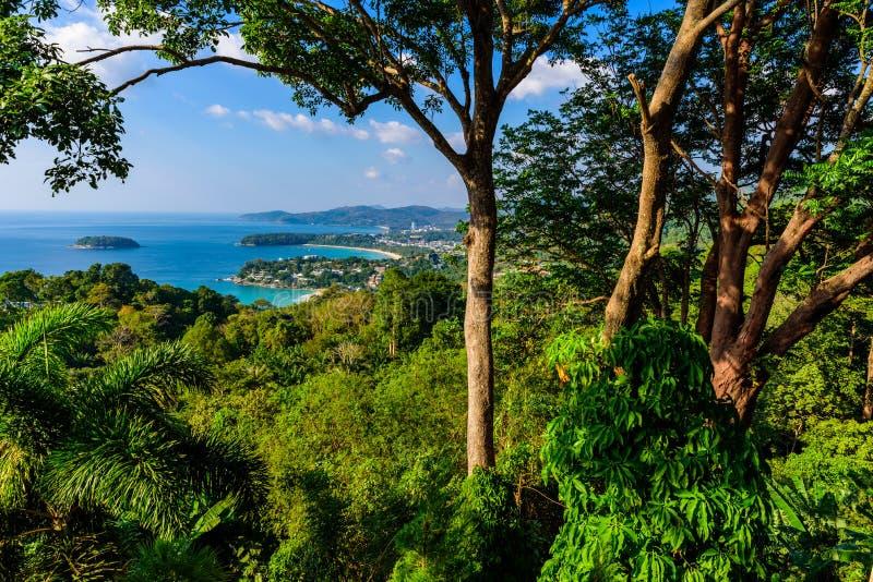 Punto de opinión de Karon - opinión la playa, Kata Beach y Kata Noi de Karon en Phuket, Tailandia Paisaje del paisaje de tropical imagenes de archivo