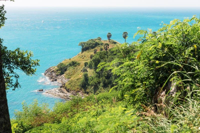 Punto de opinión de Tailandia, isla de Phuket del cabo de Laem Promthep en área de la playa de Rawai fotografía de archivo