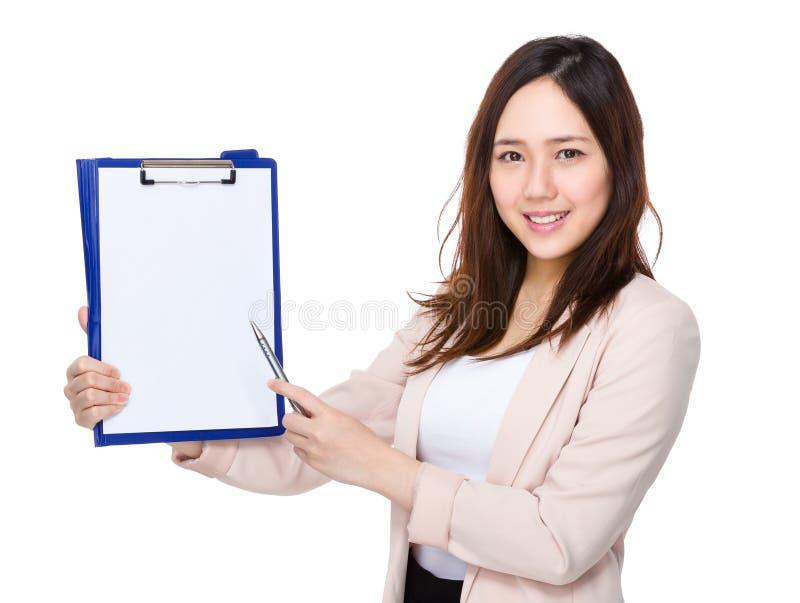 Punto de pluma asiático de la empresaria al tablero foto de archivo libre de regalías