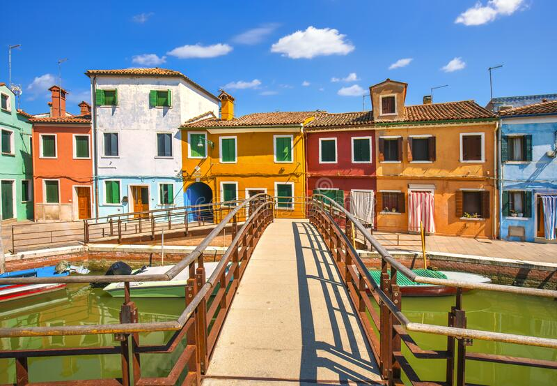 Punto de referencia de Venecia, canal de la isla de Burano, puente, casas y barcos coloridos, Italia foto de archivo libre de regalías
