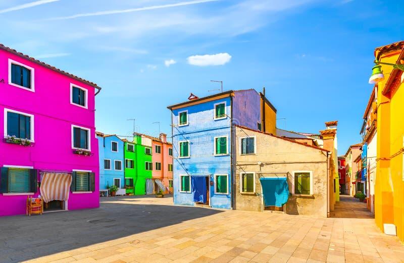 Punto de referencia de Venecia, plaza de la isla de Burano y casas coloridas, Italia imagenes de archivo