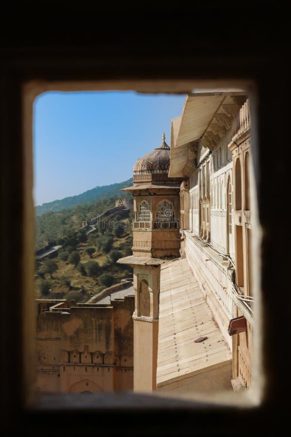 Punto de visión de la ventana en el palacio ambarino con la montaña verde en fondo fotografía de archivo