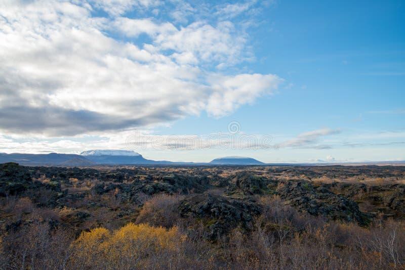 Punto de visión en el campo de lava de Dimmuborgir, área de Myvatn, Islandia foto de archivo