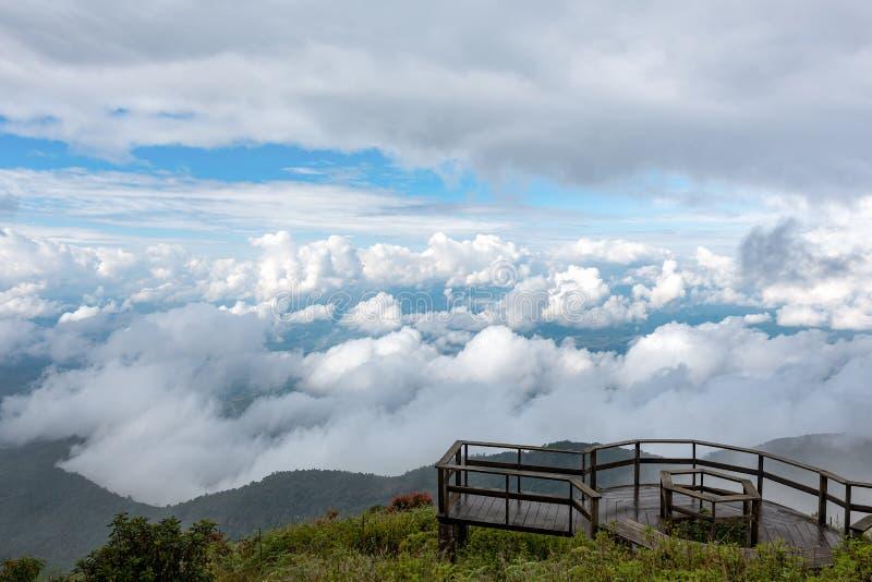 Punto de visión en la parte superior de la cacerola de los mae del giew, parque nacional del inthanon del doi adentro foto de archivo