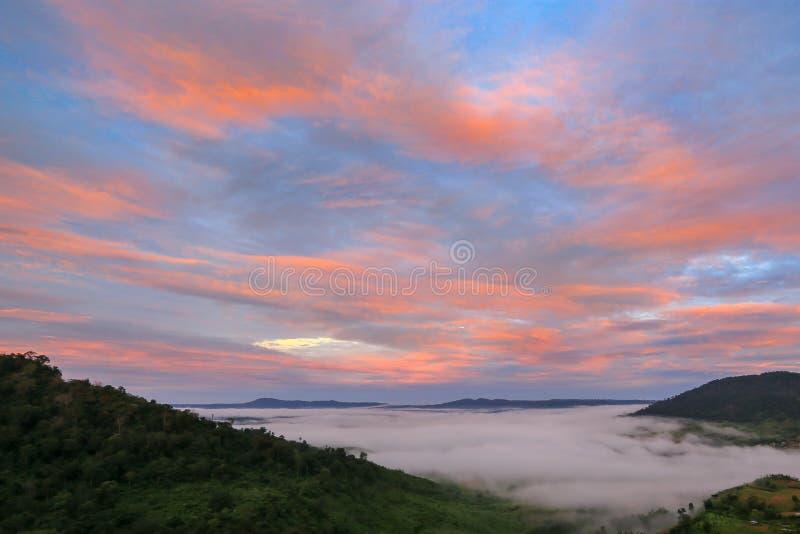 Punto de vista, bosque tropical hermoso, montaña, niebla en el tiempo de la salida del sol en el kho de Khao, Phetchabun, Tailand foto de archivo libre de regalías