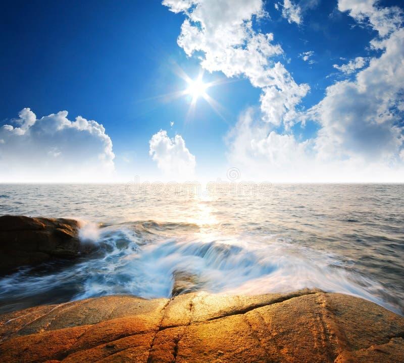 Punto de vista de la naturaleza del paisaje de Tailandia del cielo azul de la playa del sol del arena de mar imágenes de archivo libres de regalías