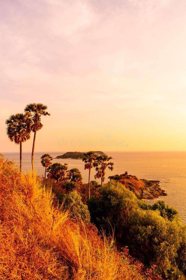 Punto de vista del cabo de Phromthep con el cielo crepuscular de la puesta del sol hermosa en Phuket, Tailandia foto de archivo
