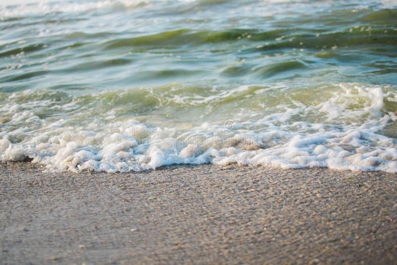 punto de vista del paisaje de la relajación de la luz del día del sol de la arena del cielo azul de la playa del mar para la post fotos de archivo