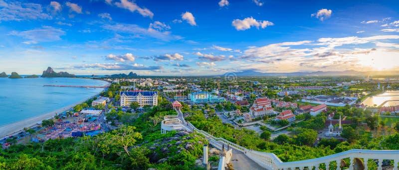 Punto de vista del panorama de Khao Chong Krachok en la puesta del sol fotos de archivo