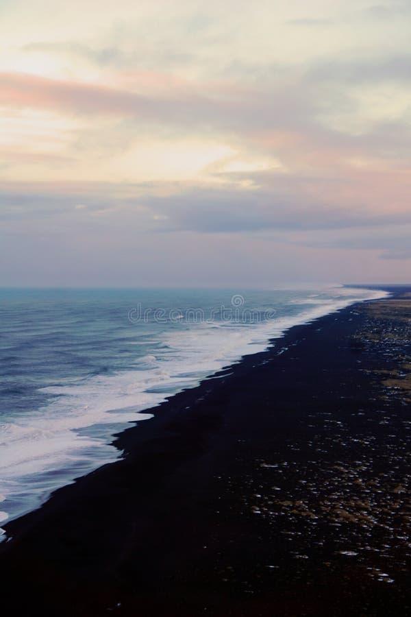 Punto de vista de Dyrholaey en Islandia en invierno fotografía de archivo