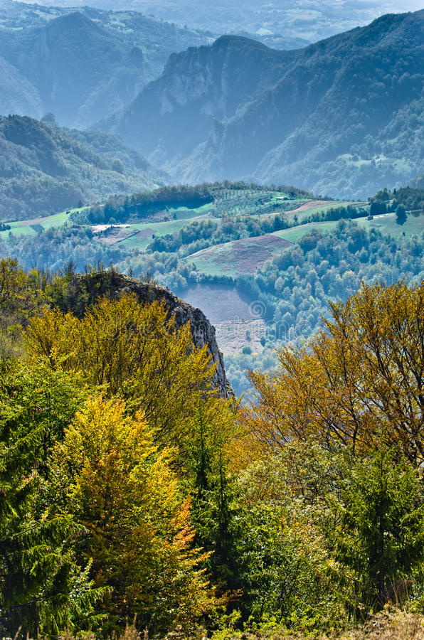 Punto de vista en un paisaje del soporte Bobija, de picos, de colinas, de prados y de bosques verdes fotos de archivo libres de regalías