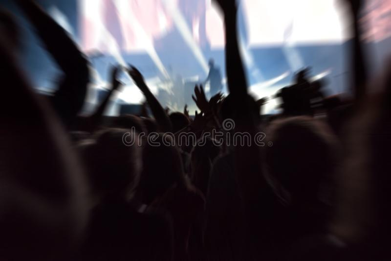 Punto de vista de la muchedumbre en un concierto de la música imagenes de archivo