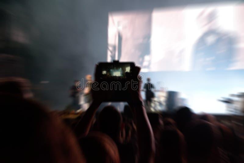Punto de vista de la muchedumbre en un concierto de la música, foto de archivo