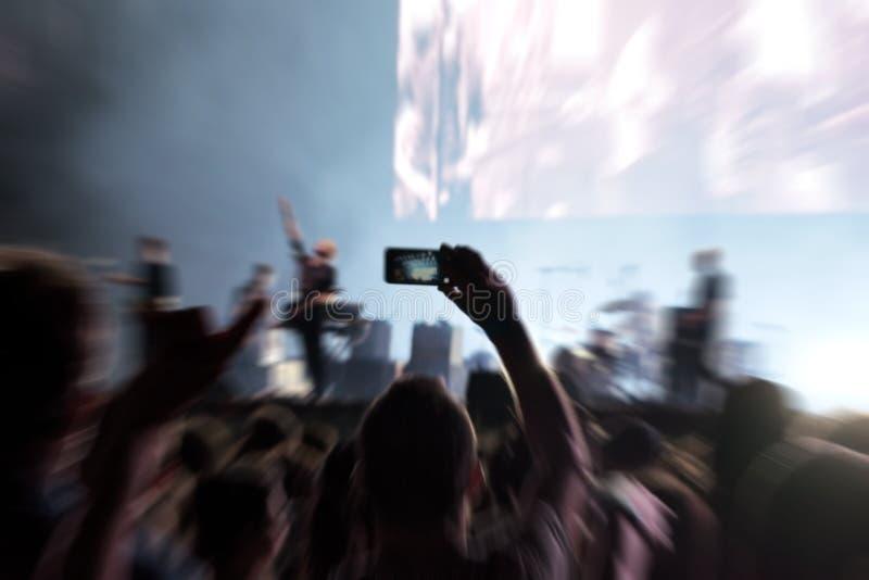 Punto de vista de la muchedumbre en un concierto de la música imagen de archivo