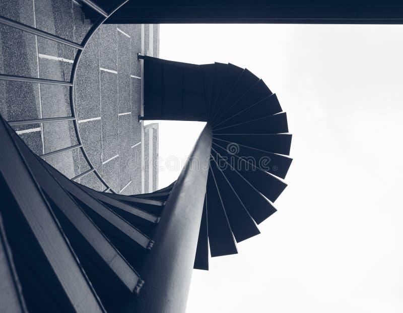 Punto della scala che sviluppa i dettagli a spirale di architettura del fuoco esteriore fotografie stock libere da diritti
